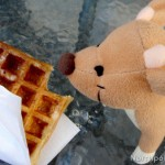 Raymond mange une gaufre